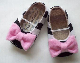 MAYA baby girl shoe. White, Black stripe. Pink bow