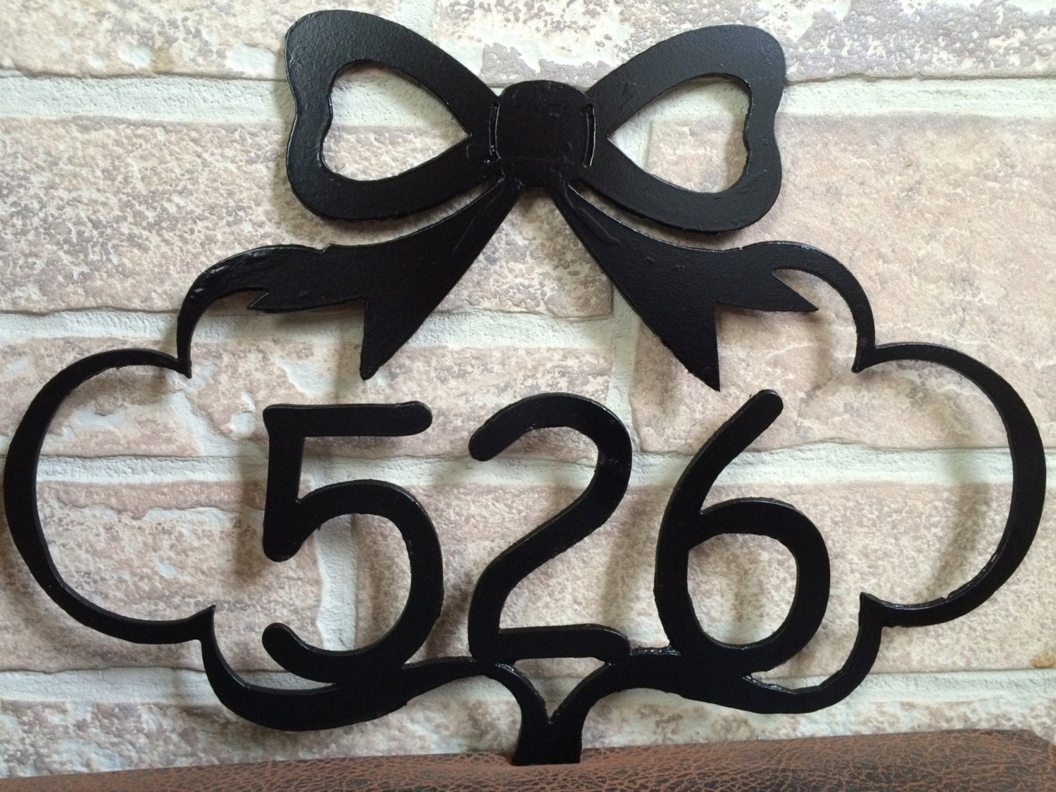 Decorative bow metal house number plaque metal address for Plaque metal deco pour mur