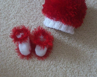 cuddly set consisting of baby hat and  baby booties