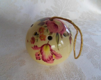 A vintage cream-coloured ceramic pomander filled with pot pourri, made in Devon in the 1970s.