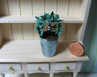 Ivy bow in a metal pot - A lovely decoration for many dollhouse scenes (1:12 scale)