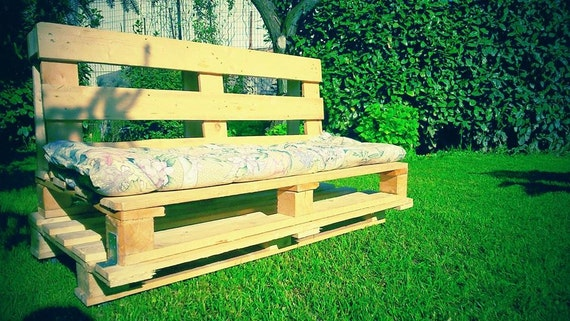 Articoli simili a divano da giardino con bancali su etsy for Divano bancali
