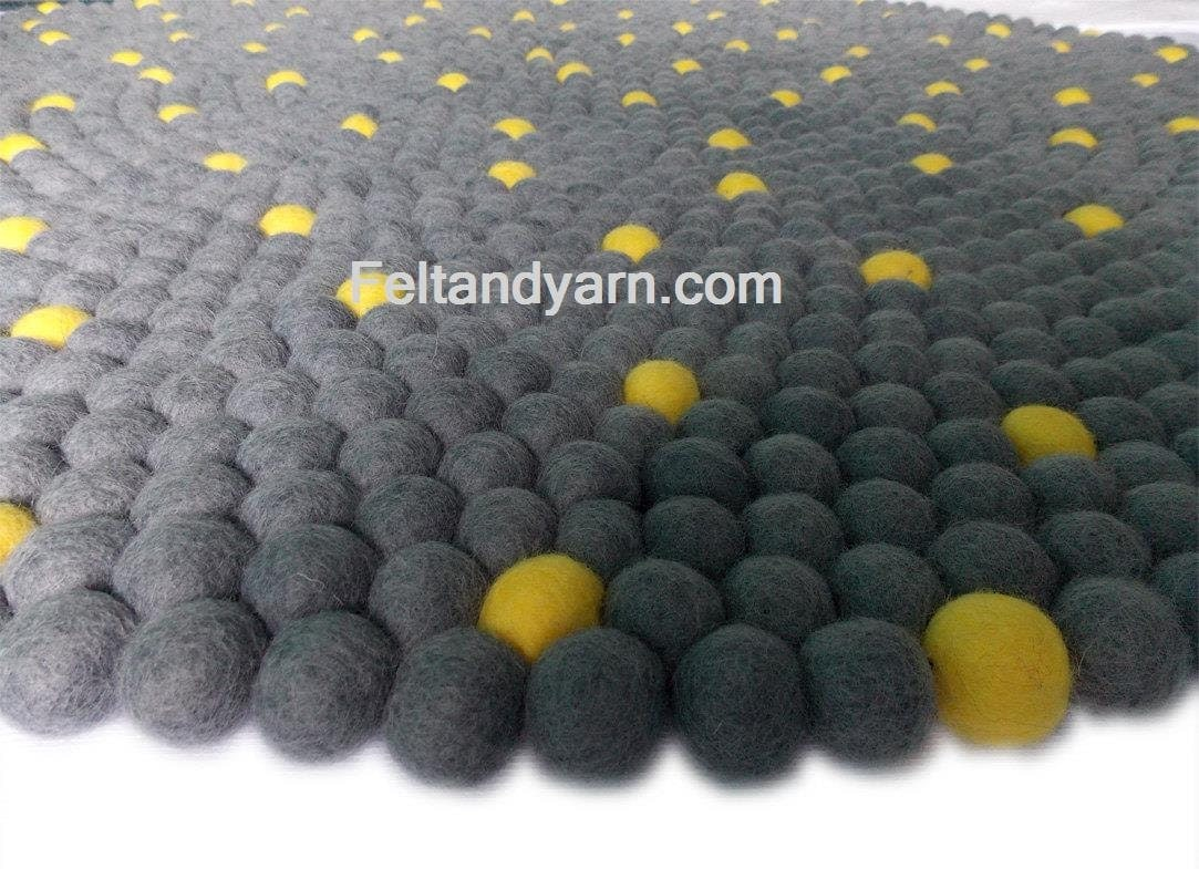 point jaune gris feutre feutre ball tapis tapis pom pom. Black Bedroom Furniture Sets. Home Design Ideas