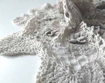 A Vintage Centrepiece Crocheted Lace Doiley - Cream Circle