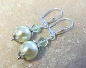 La lumière verts boucles d'oreilles, boucles d'oreilles perles, perle Swarovski boucles d'oreilles, boucles d'oreilles, boucles d'oreilles argent