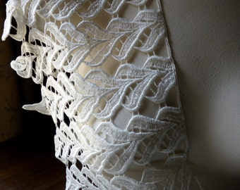 Ivory Lace Trim for Bridal, Applique, Jewelry or Costume Design L 95