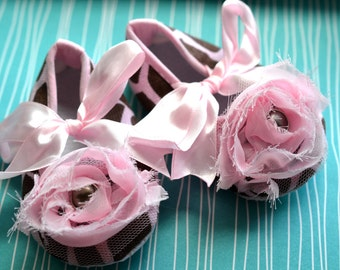 NEW....Pink and Brown Giraffe Chiffon Rose Crib Shoes....Size 6-12 Months
