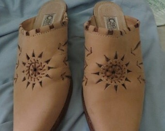 1980's Western Circle.  S.  Brand POINTED TOE  embroidered  slipn shoes   sz 8 1/2 m