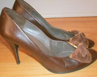 "80s Vintage Charles Jourdan Paris brown leather sculpted 3.5"" heel suede gold accent bow pump shoes 8"