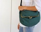 green purse. kisslock messenger bag. green bag, kisslock bag. metal frame bag. cross body bag.