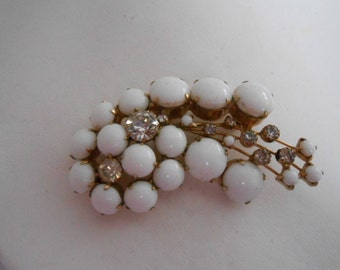 Vintage brooch, Milkglass and crystal retro brooch, 1950s brooch, elegant brooch, vintage jewelry, retro jewellery