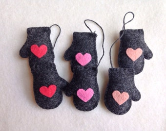 Set of 3 charcoal grey mitten ornamnets with hearts ombre