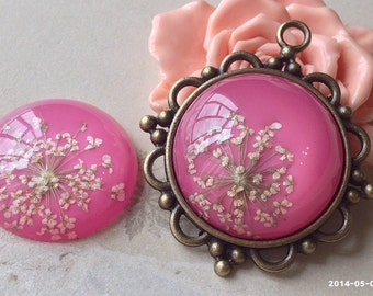 30 mm Round Shape Yellow Dried Flowers (Hot Pink Back Color) Flat Back Resin Cabochons (.ga)