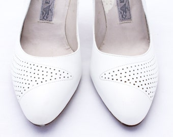 Snazzy lower price! Stunning deadstock Evan-Picone 1970s white pumps. Size 7.5 N, never worn, made in Spain.