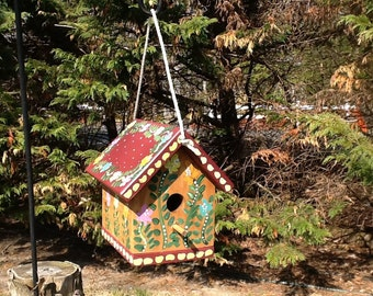 Decorative functional birdhouse