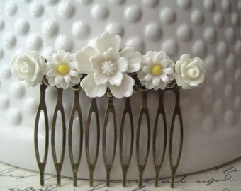 White Flower Hair Comb, White Wedding Hair Comb, Romantic Wedding Hair Accessory, Bridesmaid Gift, Floral Hair Piece
