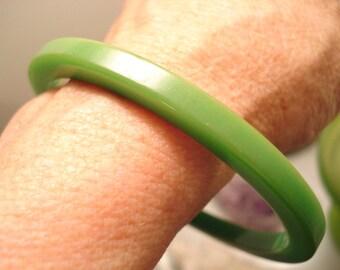 Vintage Apple Green Bakelite Bangle Bracelet