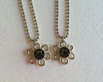 VTG Glittery Smiley Face Flower Necklace