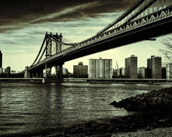 Manhattan Bridge, NYC, East River, Brooklyn Park in Early Cloudy, Overcast Evening