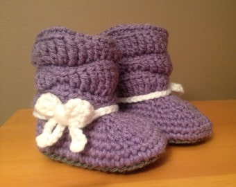 Just Like Mom: baby girl booties with bow, crochet baby booties, new baby gift, baby girl photo prop