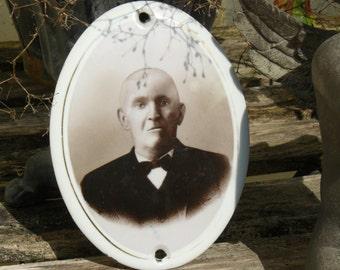 """"""""""" antik plate earthenware of """"gentleman in bow tie"""""""