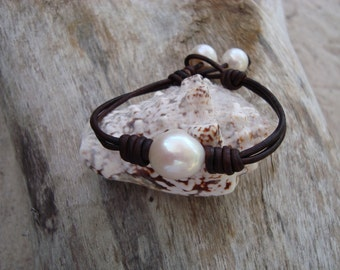 LEATHER/  PEARL BRACELET (Melissa)