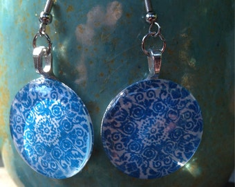 Charming circle glass earrings in blue medallion