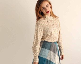 vintage daisy blouse . womens daisy print shirt . poly buttondown shirt by Hooper . butterfly collar shirt
