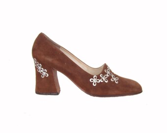 Vintage 1960s shoes / 60s Italian brown suede pumps with silver metal flowers EU 35