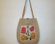 VTG Hippie Boho Woven Straw Beige Multicolor Flower Leaf Embroidery Braided Plastic Lined Pouch Pocket Tote Handbag w/ Wooden Button Closure
