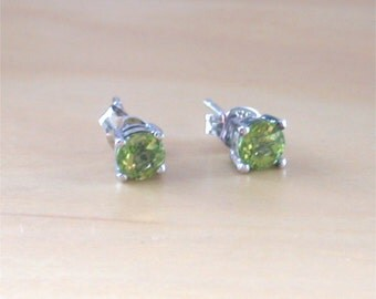 925 Peridot Stud Earrings/5mm Silver Peridot Stud Earrings/August Birthstone /Peridot Jewellery/Peridot Jewelry/Peridot Jewelery/Gemstone