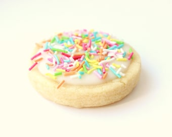 Traditional Handmade Scottish Vanilla All Butter Baked Round Classic Icing Top Rainbow Sprinkle Shortbread Tea Biscuit Cookie Party Gift