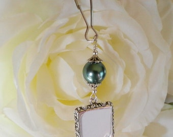Wedding bouquet photo charm - green pearl and small picture frame. Bridal bouquet charm. Wedding keepsake. Bridal shower gift for the bride.