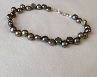 SALE ITEM!!! Dancing Button Pearl Bracelet