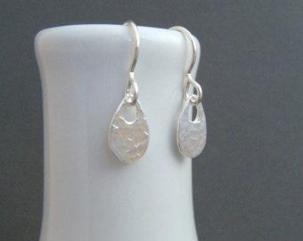 silver teardrop dangle earrings. tiny hammered silver earrings. small oval. sterling everyday earrings. drop earrings. simple jewelry.