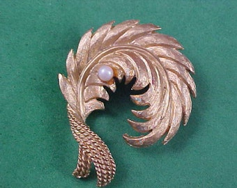 Simulated PEARL Gold Plate PLUME Brooch Pin