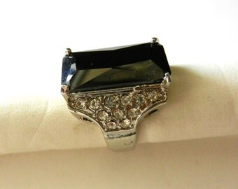 Elegant cocktail Ring 1970s - large crystal deep anthracite, on silver and small crystals-- very glamorous - Size 9   1/2 --- Art.12/3 -