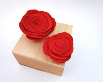 Red Flower Pin -- Felt Flower Pin Accessory -- Felt Pin -- Felt Flower -- Red Flower Clip -- Red Felt Brooch -- Red Flower Brooch -- Red Pin