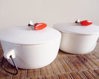 Pair of Vintage Lagardo Tackett Modernist White Covered Casserole Pots with Red Toggles