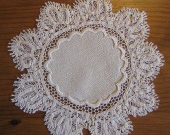 7 Finely Made Vintage Doilies
