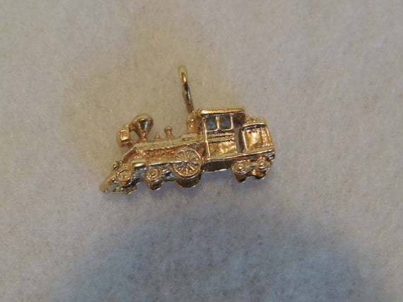 Vintage Goldtone Charm / pendant.. Antique STEAM ENGINE LOCAMOTIVE Train