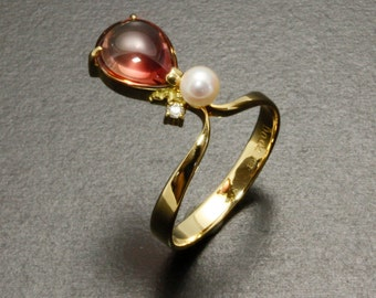 18K yellow gold ring with Bicolor tourmaline cab, pearl and diamond