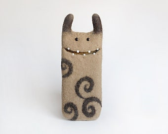 Felted phone Monster, iPhone se case, caramel, brown, felt case, Eco-friendly