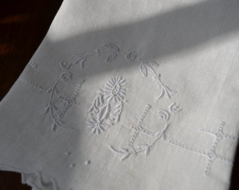 Vintage White on White Fingertip Towel, Embroidered  3379