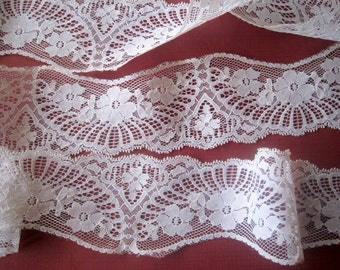"Elegant Scalloped Lace With Flowers, Off - White, 2 3/4"" inch wide, 1 Yard, For Victorian & Romantic Projects"
