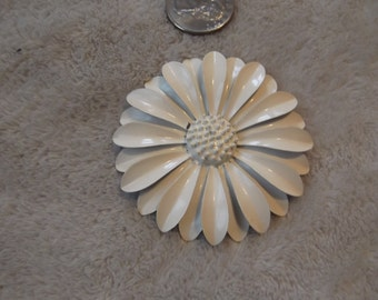 Vintage Pin-1960's MOD-White Enamel Flower -P2626