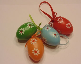 From Europe set of 4 colored plastic eggs, 25 x 40 mm (A6)