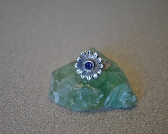 sterling silver 3D daisy ring with faceted iolite