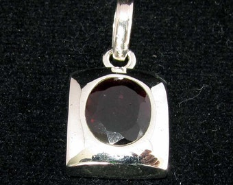 sterling silver gemstone pendant with a red oval shaped garnet marked 925 (GP10)