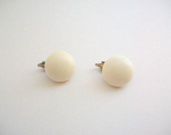 Mod Earrings, White Earrings, Vintage Earrings, Clip On Earrings, Non Pierced Earrings, Mod Jewelry, Round Earrings, Circle Earrings, White